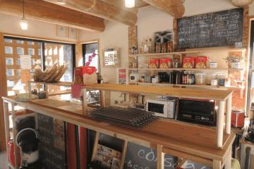 2016年、龍神村が建てたアーティスト向けの「アトリエ龍神の家」に移住。家賃は3LDKで2万5000円。借りた家の1階の加工工房を兼ねたカフェ