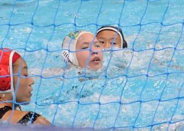 第2ピリオドにゴールを決める秀明大クの山本実(左から2人目)=東京辰己国際水泳場