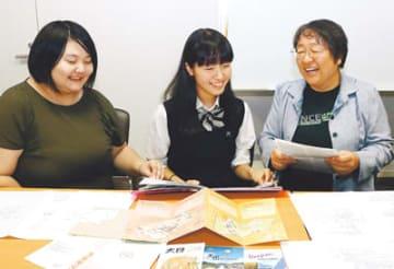韓国での研修を振り返る福山さん(中央)と紀久子さん(右)、宮永さん(左)=富山国際大付属高校