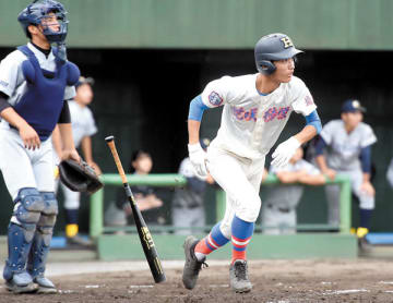花咲徳栄―西武台 3回表花咲徳栄無死一塁、浜岡が右中間に先制二塁打を放つ。捕手伊沢=6日、県営大宮球場