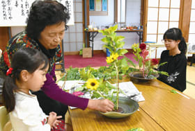 生け花を楽しむ子どもたち
