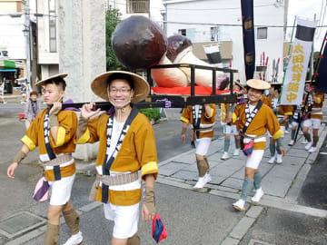 妻沼聖天山に到着した太田松茸道中の大名行列=6日午後、熊谷市妻沼