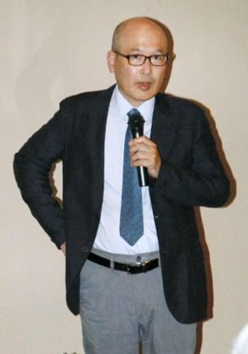 関根の油彩画の技法などを解説する田中学芸普及課長