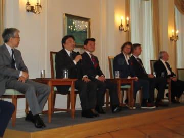 トークイベントで青少年交流の重要性について話す十五代酒井田柿右衛門さん(左から2人目)=ドイツ・ベルリンの在ドイツ日本国大使館