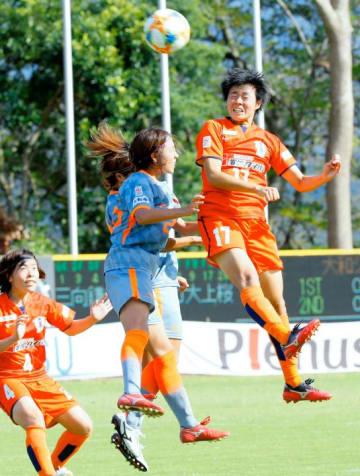 【愛媛FCL―大和】後半、CKに頭で合わせる愛媛FCL・上野(17)=県総合運動公園球技場