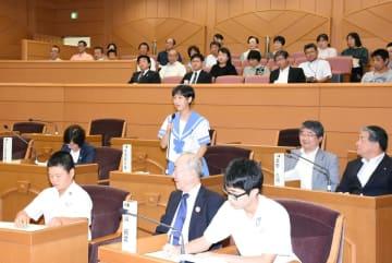 観光や農業振興に関する3議案について執行部の考えをただす議員役の生徒=基山町議場