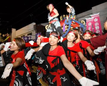力強いかき比べを披露した女性たち=6日午後8時50分ごろ、松山市平井町