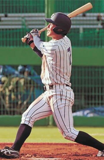 仙台大―福祉大 延長10回表仙台大1死満塁、川村が右越えに満塁本塁打を放ち、8―4と勝ち越す