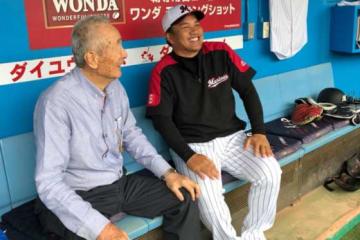 10月6日に逝去した金田正一氏(左)と井口監督【写真:細野能功】