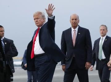 ブリュッセルの空軍基地に到着したトランプ米大統領(右から3人目)ら=2018年7月(AP=共同)