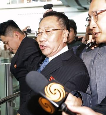 北京空港で記者団の質問に答える、米朝実務協議で北朝鮮首席代表を務める金明吉巡回大使=7日(共同)