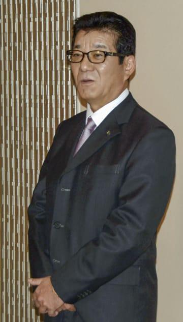 大阪市役所で記者団の取材に応じる、日本維新の会代表の松井一郎大阪市長=7日