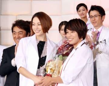 連続ドラマ「ドクターX~外科医・大門未知子~」第6シリーズの制作発表記者会見に登壇した米倉涼子さん(左)と松本薫さん