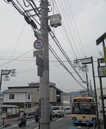 電柱に取り付けられた防犯カメラ。箱形の装置の下にカメラがあり、一定方向の映像を録画している(長岡京市開田1丁目)