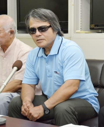 控訴審判決を受け、記者会見する目取真俊さん=7日午後、沖縄県庁