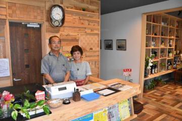「ゲストハウスたけだ」を開いた武田政英さん(左)と妻・真由美さん