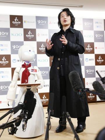 「分身ロボットカフェ」のオープニングセレモニーを終え、取材に応じるオリィ研究所の吉藤オリィ所長=7日、東京・大手町