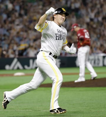 7回、決勝の本塁打を放ちガッツポーズで一塁へ向かうソフトバンク・内川。右は楽天・宋家豪=ヤフオクドーム