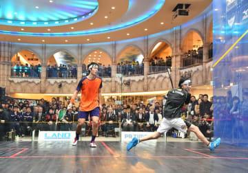 360度から観戦できる4面ガラス張りコートで「全日本スカッシュ選手権大会」を開催