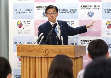 「表現の不自由展・その後」の展示再開について、愛知県庁で緊急記者会見する大村秀章知事=7日夜