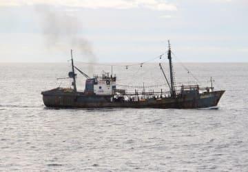 水産庁の漁業取締船「おおくに」と衝突した北朝鮮の漁船=7日(同庁提供)