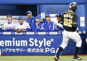 クライマックスシリーズ第3戦、8回に勝ち越しを許し、厳しい表情の横浜DeNAベンチ。左から2人目はラミレス監督=横浜スタジアム