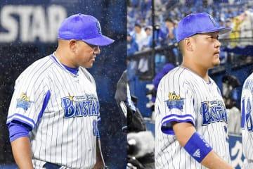 (左)4回、平良から石田への投手交代を告げるラミレス監督=横浜、(右)球場を後にする筒香=横浜