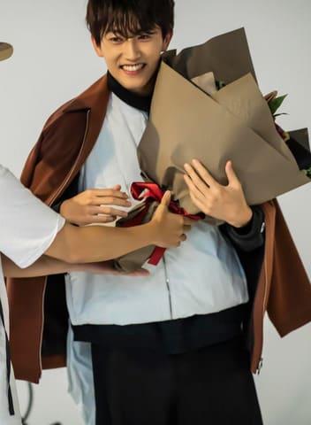 杉野遥亮さんが登場する男性向けファッション誌「FINEBOYS」のメーキングカット