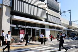 白壁と窓が特徴の「武庫女ステーションキャンパス」の外観。「鳴尾・武庫川女子大前」駅の改札に隣接する=西宮市里中町3