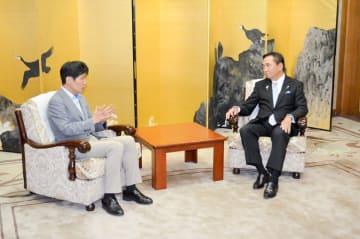 豚コレラ対策について意見交換する黒岩知事(右)と山本群馬県知事=神奈川県庁