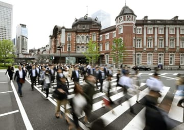 出勤などのためJR東京駅前を歩く人たち=5月