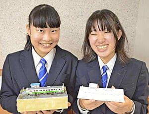 会津越川駅のペーパージオラマを手にする藤崎さん(左)と中村さん