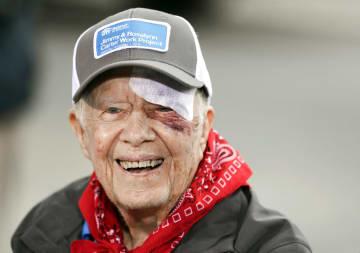 7日、米南部テネシー州での慈善活動で笑顔を見せるカーター元米大統領(AP=共同)