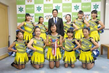 森田光一市長に最優秀賞受賞の報告に訪れたチーム「どれみ」の選手=3日、東松山市役所