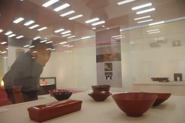 漆器の作品を鑑賞する来場者=大阪市阿倍野区の大阪芸大スカイキャンパス(あべのハルカス内)