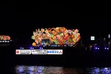 今年の「ねぶた大賞」に輝き、海上運行のトリを飾った青森菱友会。海上をゆっくりと進み、大勢の観客を楽しませた=8月7日