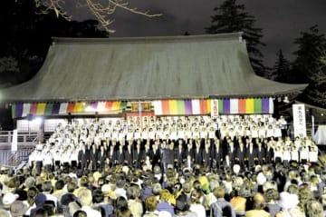 本堂前で開かれた「第九の夕べ」=6日夜、川越市小仙波町1丁目の喜多院