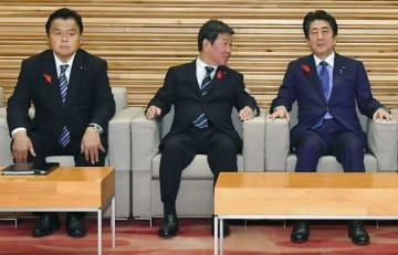 閣議に臨む(左から)赤羽国交相、茂木外相、安倍首相=8日午前、国会