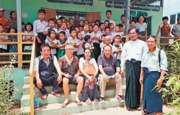 学校の完成を喜ぶミャンマーの子どもたちと古庄重生さん(前列左端)ら
