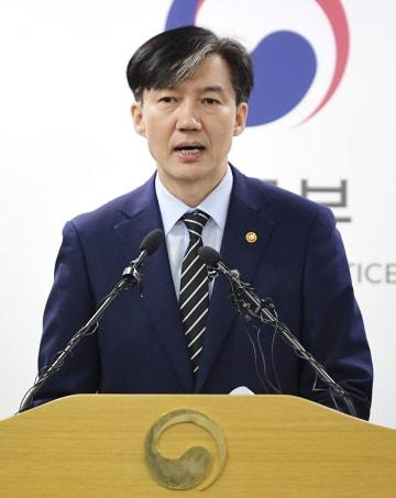 8日、ソウル近郊で記者会見する韓国のチョ・グク法相(共同)