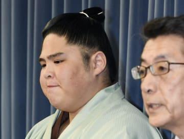 記者会見で厳しい表情を見せる貴ノ富士関=9月撮影
