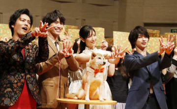 連続ドラマ「4分間のマリーゴールド」の舞台あいさつに登場した福士蒼汰さん(左から2人目)