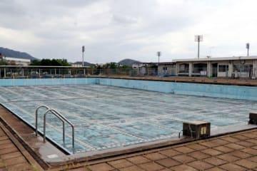 撤去を予定する笠岡運動公園の屋外50メートルプール。漏水で使用を停止している