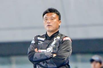就任8季目の途中で辞任することが決まった湘南・チョウ貴裁監督=4月19日の川崎戦