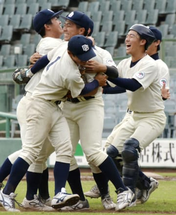 10季ぶりに勝ち点を獲得し喜ぶ京大の選手=ほっともっと神戸
