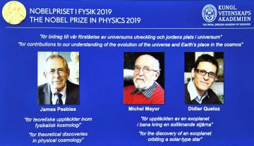 ノーベル物理学賞の受賞が決まり、スクリーンに映し出された(左から)ジェームズ・ピーブルズ氏、ミシェル・マイヨール氏、ディディエ・ケロー氏=8日、ストックホルム(ロイター=共同)