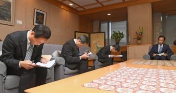 京都府庁を訪れ金品受領問題について西脇知事(右端)に謝罪する関西電力の幹部ら=8日午後1時20分、京都市上京区・府庁