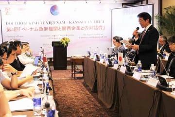 関経連(向かって右側)とベトナム政府機関による対話・交流会が行われ、法整備などについて意見を交換した。冒頭であいさつする関経連国際部・井上副委員長=8日、ハノイ