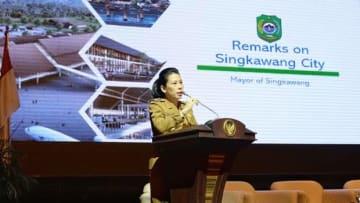 シンカワン市の新空港建設事業について説明するチャイ市長(運輸省提供)