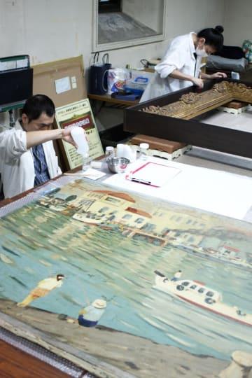 美術保存修復センター横浜による修復作業の様子=横浜市開港記念会館